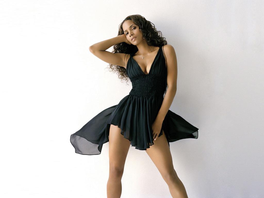 Девушка в коротком платье черно белое