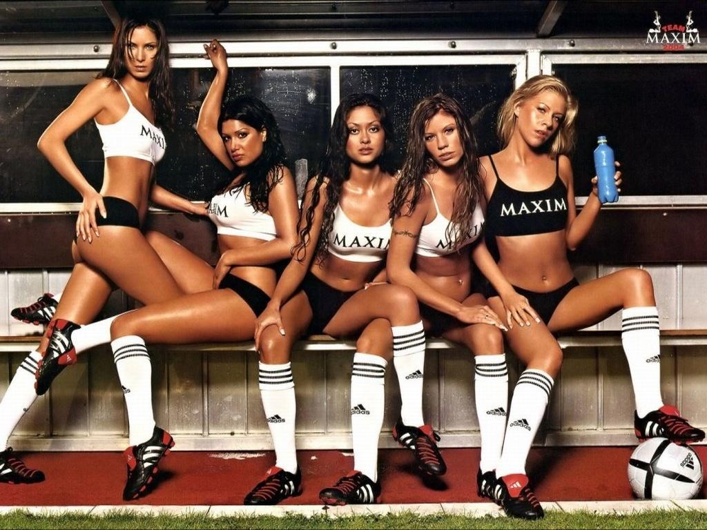 девушки в спортивных трусах