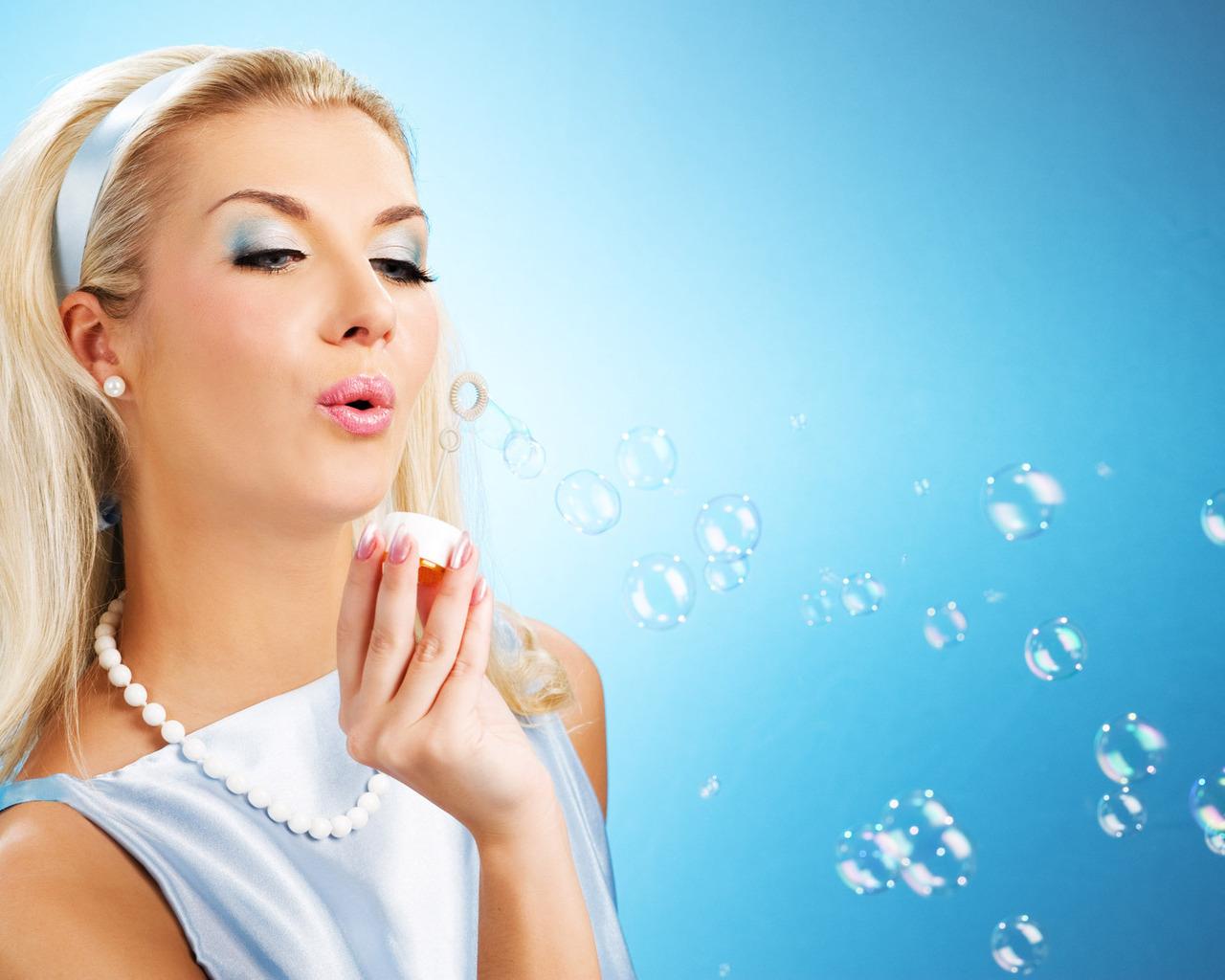 Девушка пускающая мыльные пузыри