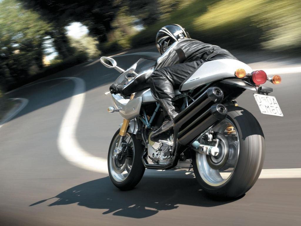 Обои 1024x768 мотоциклист на спорт байке