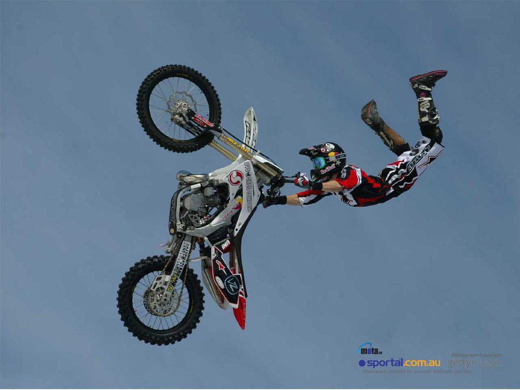 Прыжок на мотоцикле Супермен - обои для большого рабочего